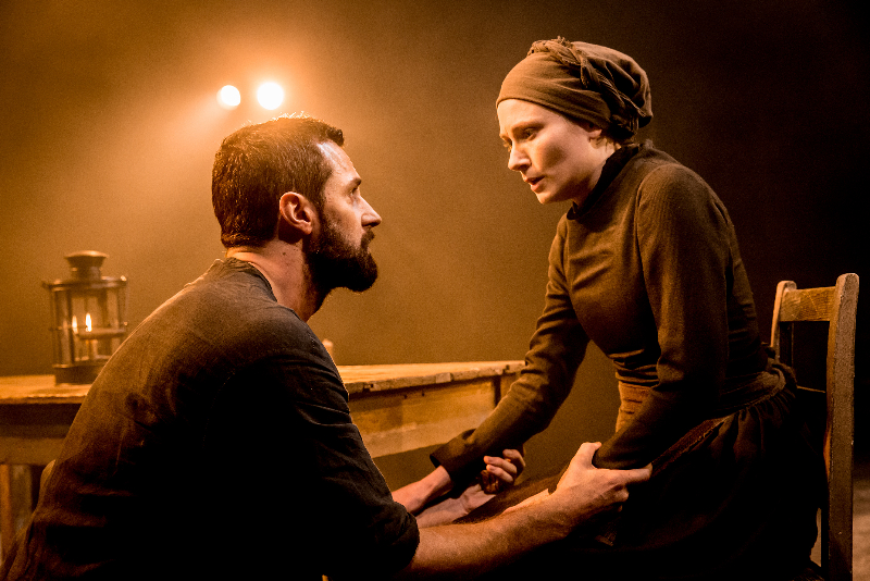 07277_The_Old_Vic_The_Crucible_Richard_Armitage_(John_Proctor)_and_Anna_Madeley_(Elizabeth_Proctor)_photo_credit_Johan_Persson[1]