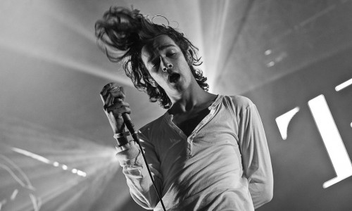 1200px-Matthew_Healy_of_The_1975_at_Southside_Festival_2014_in_Neuhausen_ob_Eck